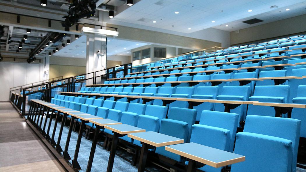 Auditorio koostuu kolmesta tilasta. Väliseinät avaamalla tilaa löytyy lähes 1 200 hengen yleisölle.
