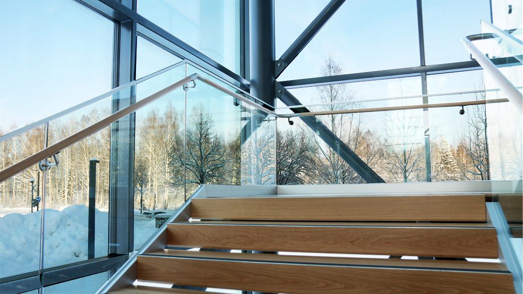NiemiCampuksen pääaulan portaikossa näkyy puu.